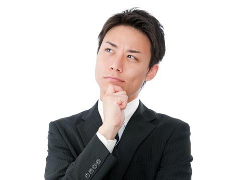 ちょっと上を向いて考える若いビジネスマン